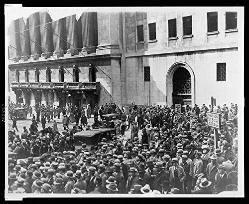 Photo: Stock Market Crash,1929,New York Stock Exchange,Crowd Gathered,Big Board,NYSE (Photographs Stock)