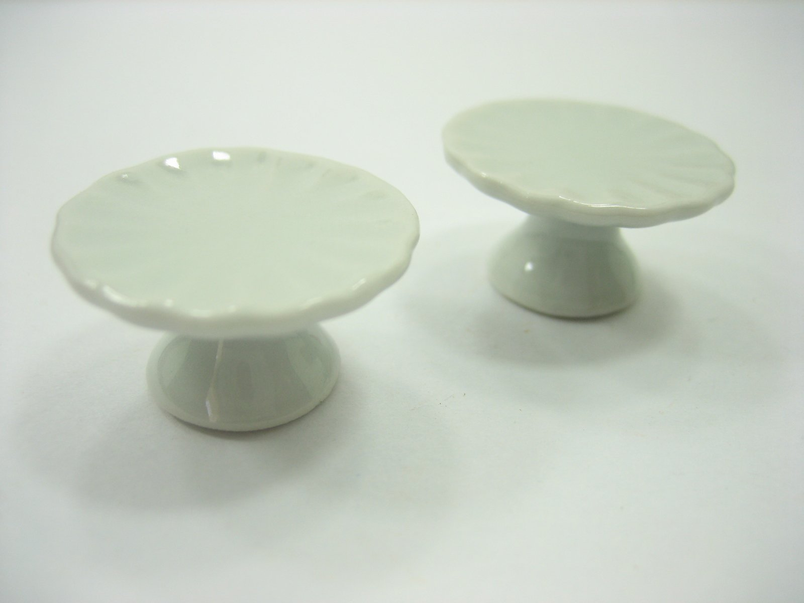 2 x27 mm White Cake Bakery Ceramic Stand  Dollhouse Miniatures Supply 10869