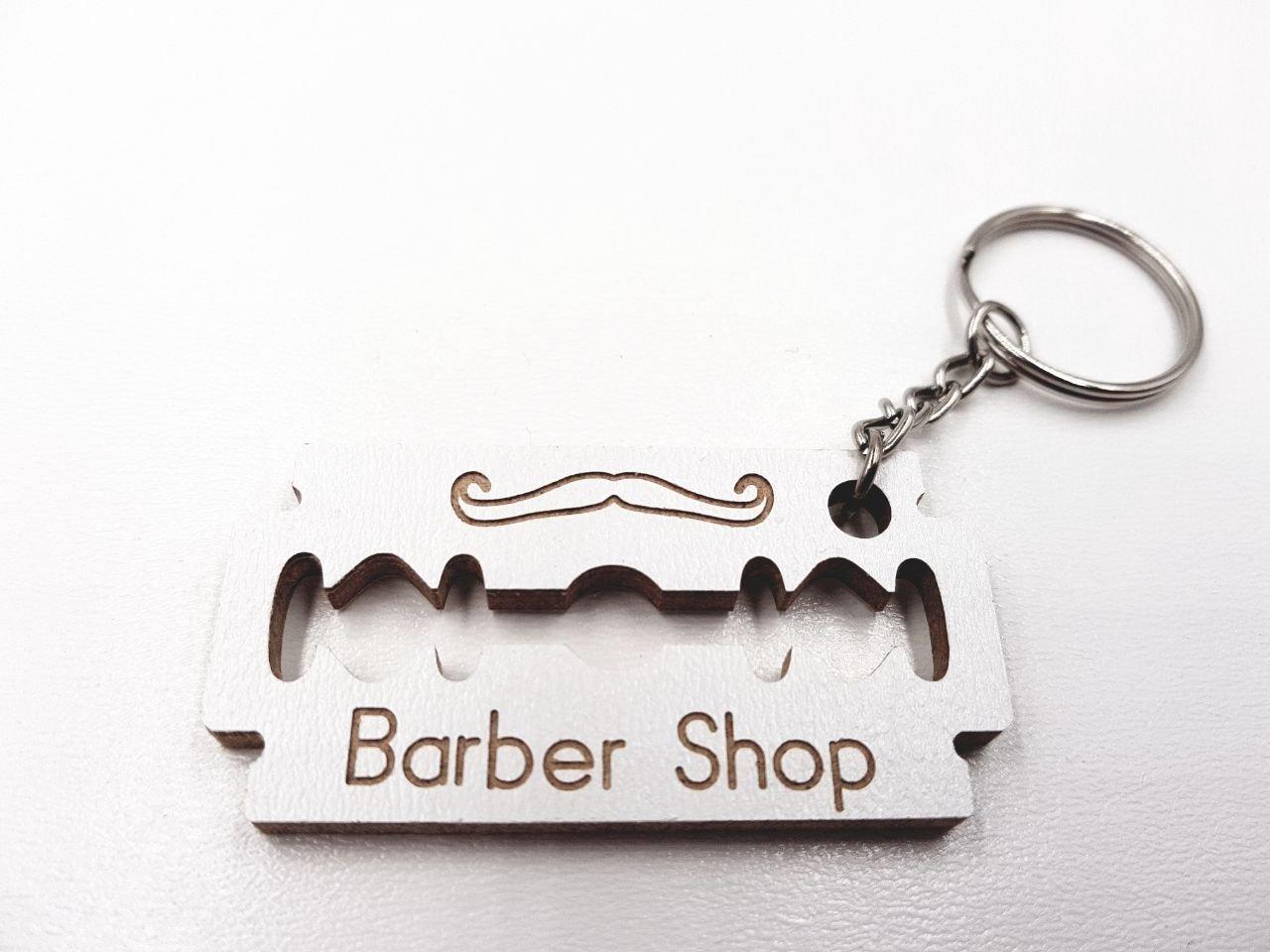 ArtigianeriA - Portachiavi in legno, stile LAMETTA DA BARBA, personalizzabile con il proprio nome o con quello del negozio / bottega di barbiere o parrucchiere per uomo. Realizzato a mano in Italia, rappresenta il gadget ideale da offrire ai clienti vecchi