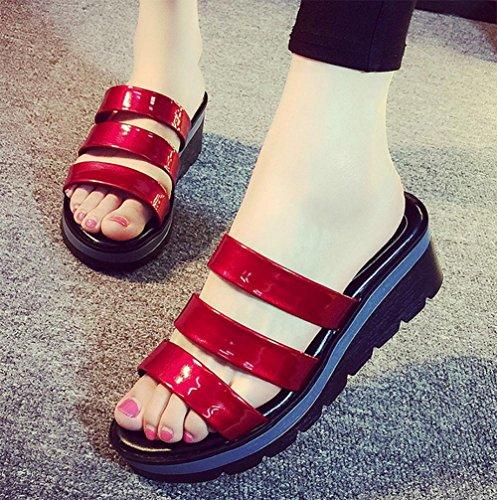 pendiente de moda de verano con la mujer de gran tamaño cómodo en sandalias y zapatillas con las sandalias planas antideslizantes las mujeres rojo vino