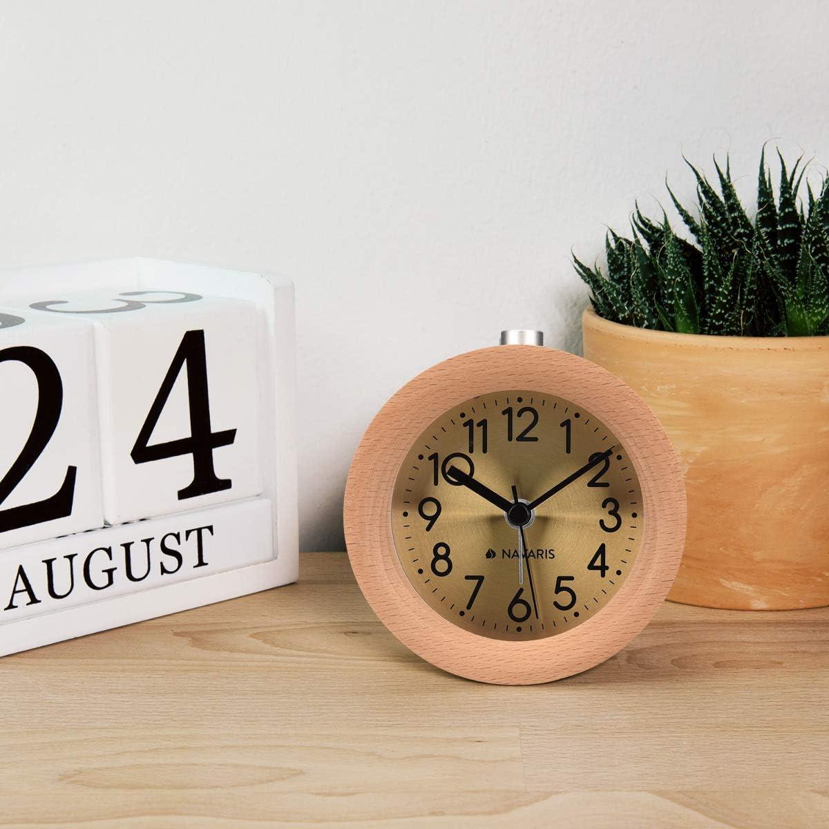 Horloge /à Aiguilles Classique avec Fonctions Heure Alarme Snooze lumi/ère Cadran dor/é Bois Clair Navaris R/éveil analogique en Bois