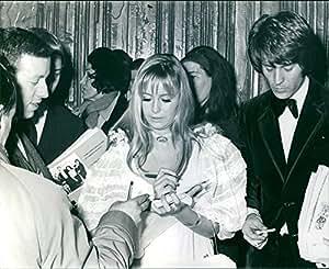 Vintage photo de Susan Melody George giving autógrafo a personas