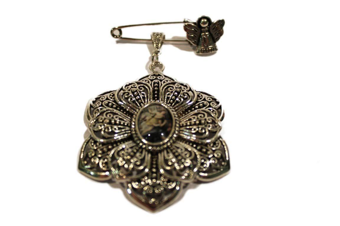 Medalla con imperdible y angelito | Es ideal para colgar en cunas o carros y así proteger al bebé | Perfectamente presentada para regalo.