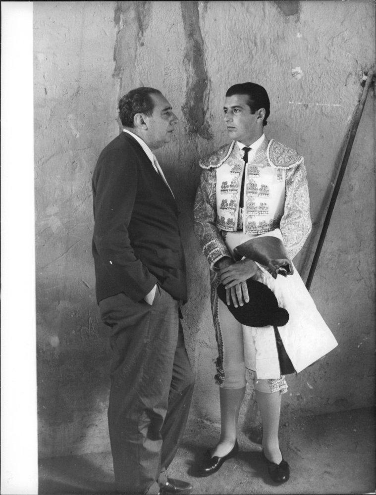 Foto vintage de Antonio Ordonez hablando con un hombre.: Amazon.es: Hogar