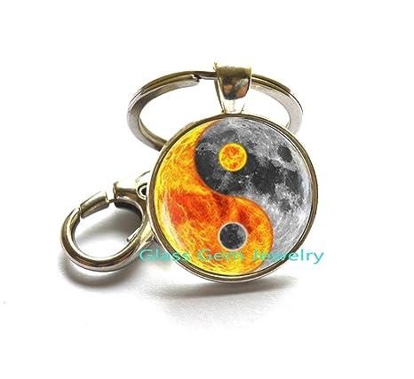 Amazon.com: Yin Yang sol luna llavero, sol planeta espacio ...