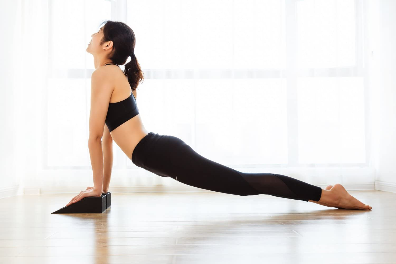 Amazon.com: Bloques de espuma para yoga (par) con cuña para ...