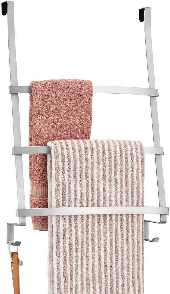 mDesign Colgador de toallas para puerta Moderno organizador colgante con tres barras y dos ganchos para colgar Toallero escalera para colocar en el ba/ño sin tornillos blanco