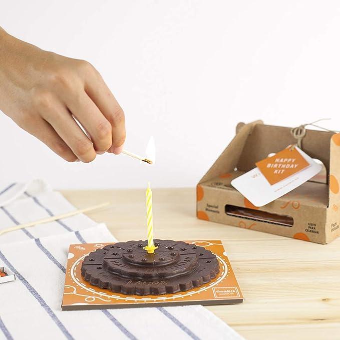 Pastel de cumpleaños de chocolate con leche. chocolate con leche. pastel de cumpleaños. tableta de chocolate con forma de pastel de cumpleaños. birthday ...