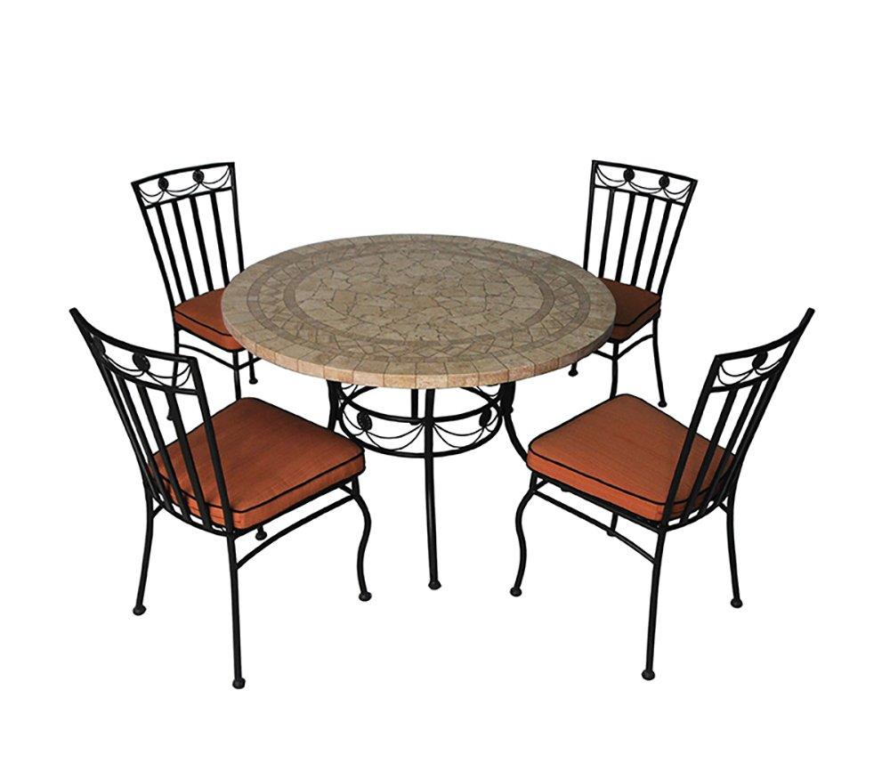 Eine Möbelgarnitur für Garten aus 4 Stühlen und 1 Tisch, ein ...