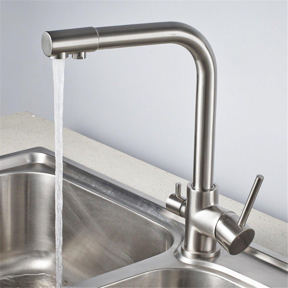 Die heiße und kalte Wanne der Kupferrohrküche, die reines Wasser des Hahns reines Wasser gerade trinkt, sank den Wasserhahn