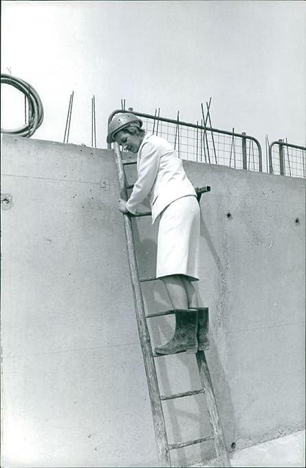 Vintage Foto de mujer llama Gisele picaud Stepping en una escalera. Tomado – Jul 1965: Amazon.es: Hogar