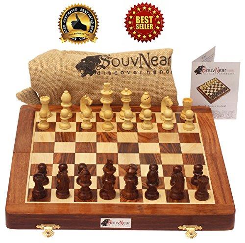 SouvNear Reiseschach - Ultimatives 25 x 25 Cm Klassisches Schach Holz Reise Schachspiel mit Magnet Staunton Figuren und klappbares Spielbrett (dient zugleich als Aufbewahrungskoffer) - Handgefertigt von Handwerkern in feines Rosenholz mit einem Walnuss-Finish - Innenraum Familie Brettspiele
