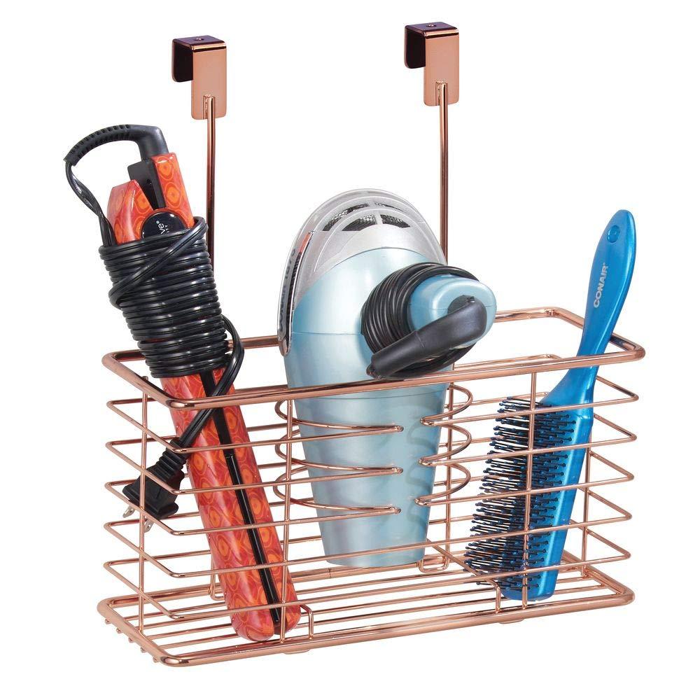mDesign Soporte para secador de pelo sin taladro - Práctico colgador de puerta con cesto de rejilla - Estante multifunción - Organizador de baño para ...