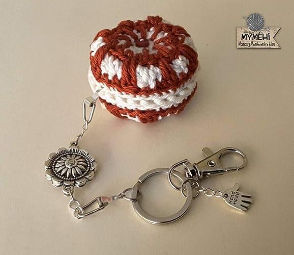 Llavero o colgante para bolso o mochila macaron crochet algodón rojo y blanco y motivos plateados