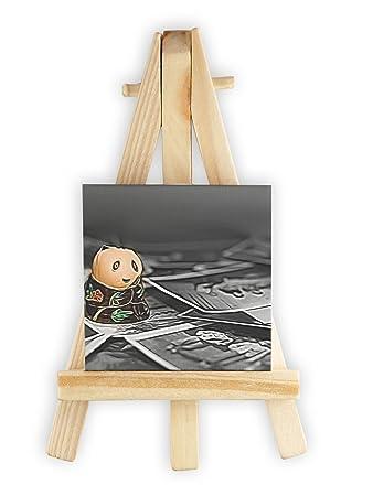kleine süße Pandafigur zwischen Fotografien schwarz/weiß bunt ...