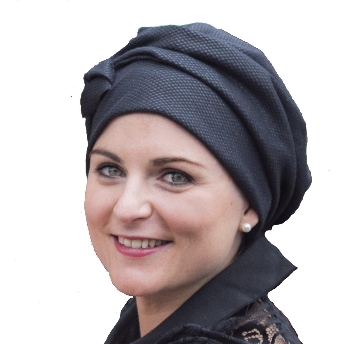 Raffinato berretto nero Maya da indossare con o senza capelli.