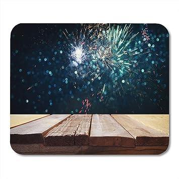 Alfombrilla de ratón Mesa de madera vacía frente a Fireworks ...