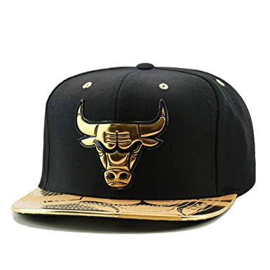 f7a05295aa3 Amazon.com  Mitchell   Ness NBA Gold Standard Chicago Bulls Snapback ...