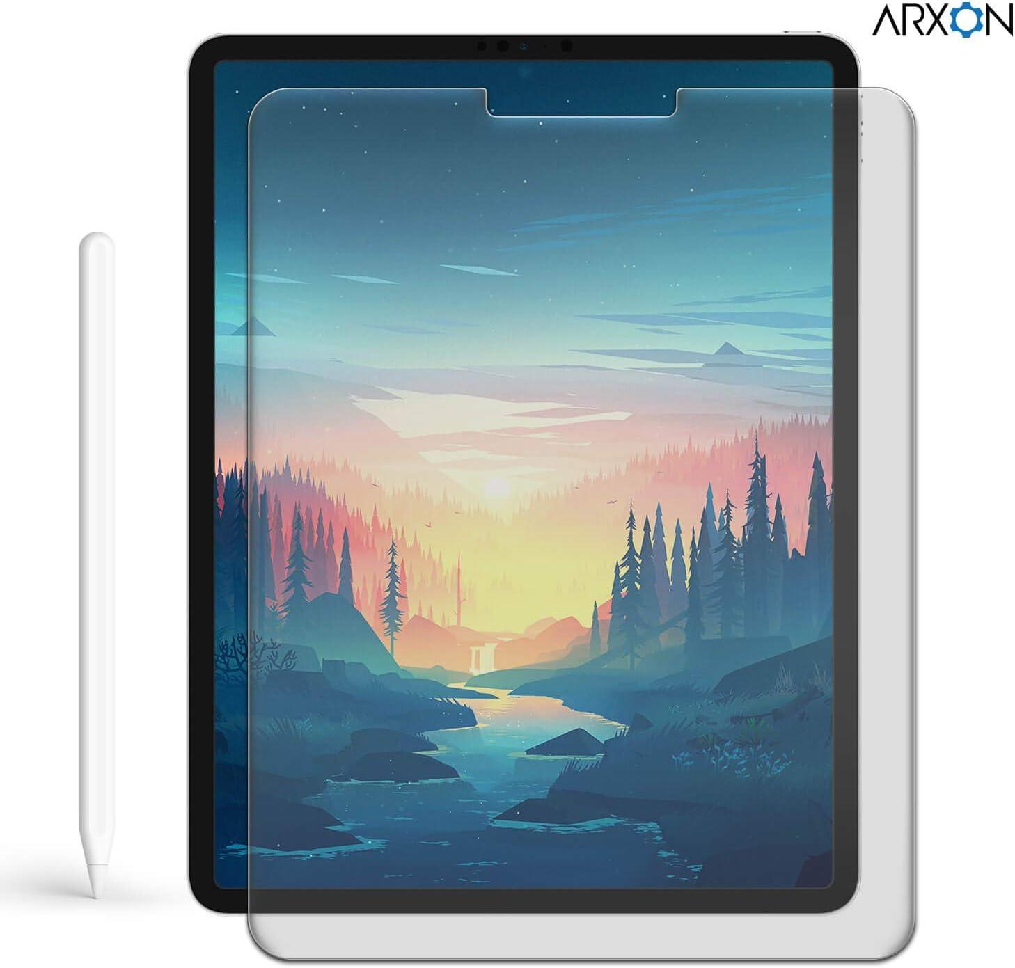 Una iPad con fondo de pantalla ilustrado de bosque con pinos y un río, un Apple Pencil y el protector de pantalla