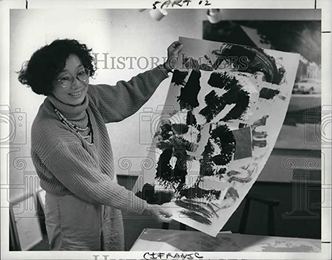 Amazon.com: 1990 Press Photo Peggy Kwong Gordon and an art work: Photographs