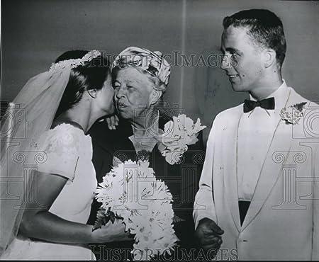 1960 Press Photo Former Deborah Ann Bentley Kissed Mrs Eleanor