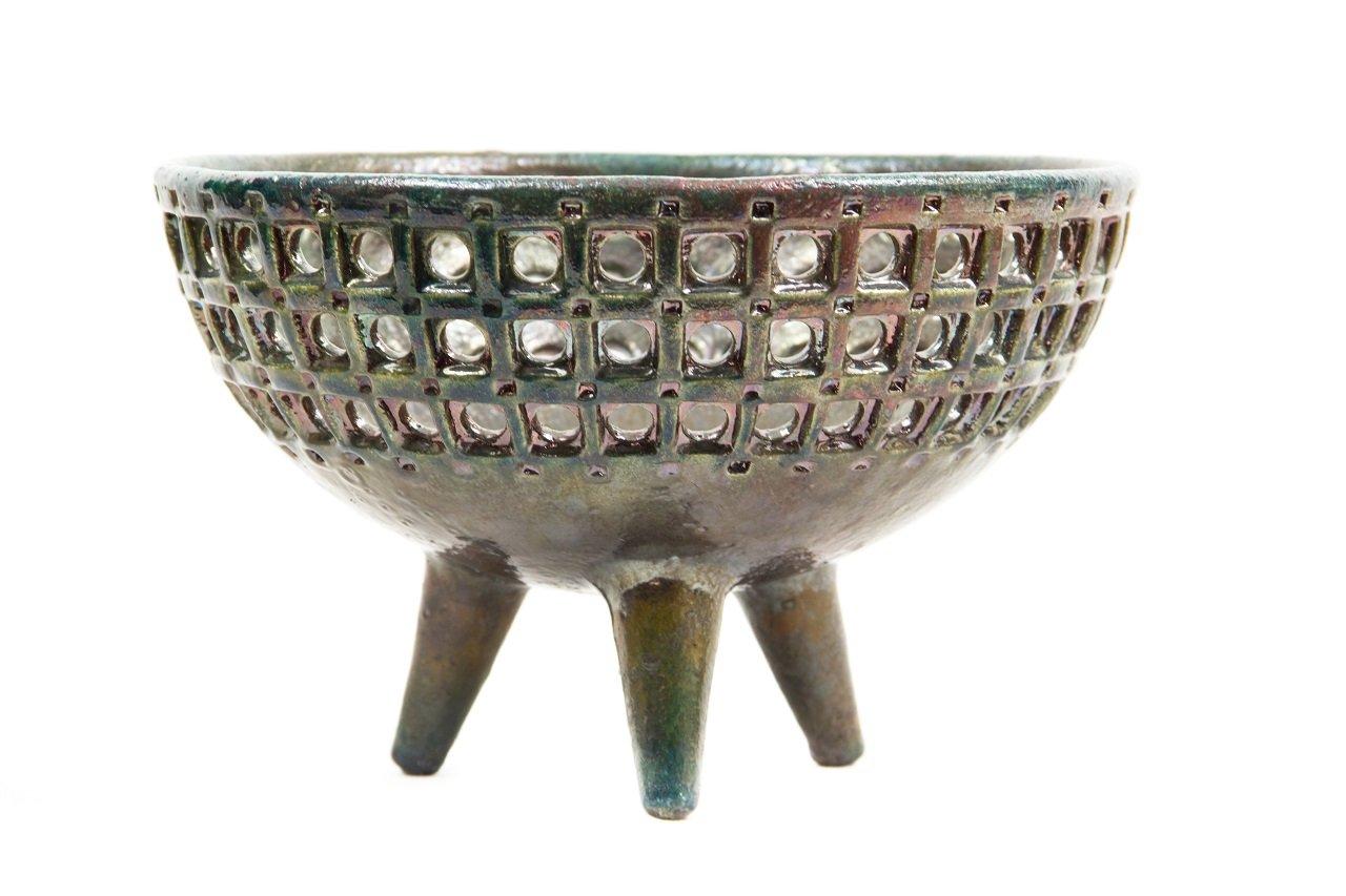 Cuenco de cerámica de raku perforado