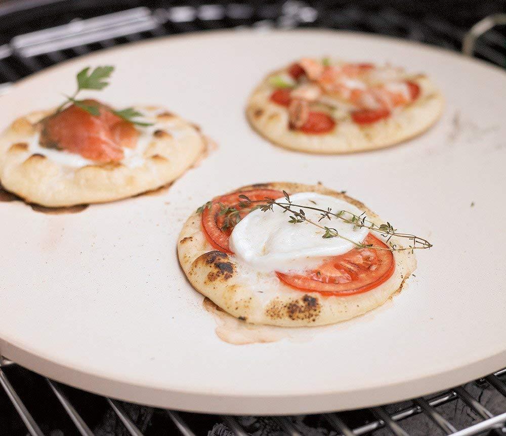 R/ÖSLE BBQ Pizzastein rund backofengeeignet Griff aus verchromtem Stahl Schamott 46,5 x 41 x 6,5 cm /Ø 42 cm