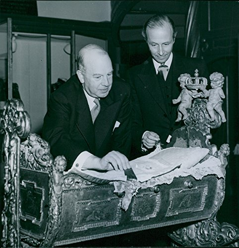 Vintage photo of The famous royal baptismal guard is displayed at the exhibition at the Nordic Museum. Organizers, file. Dr T. Lenk and Professor H. Seitz consider it. - 15 November 1948 ()