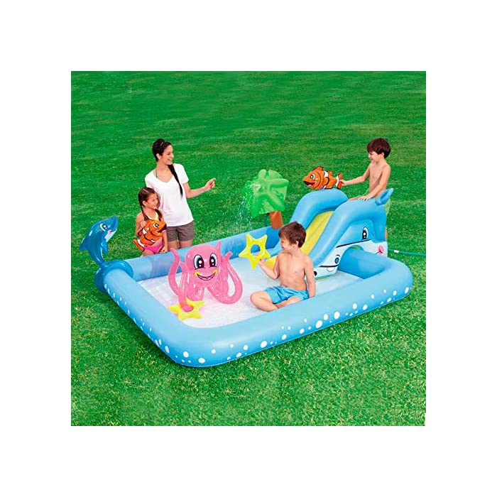 61iEyXoXDKL Tiene unas medidas de 239x206x86 cm y soporta hasta 45 kg de peso Se debe conectar a manguera de jardín y tiene una capacidad de 308 litros La palmera rociará agua sobre los niños para divertirse
