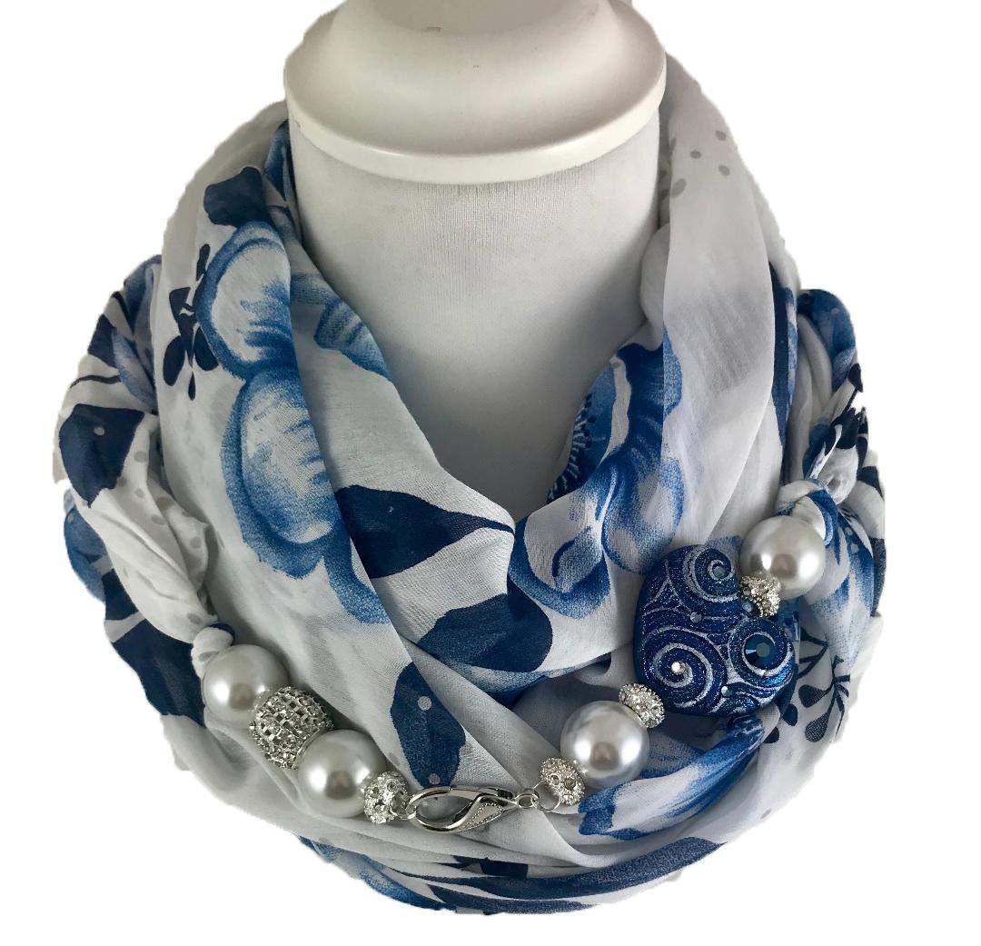 Écharpe bijou, foulard fantaisie florale blanche et bleue, avec détail brillant en argile polymère. Orné de cristaux Swarovski. Produit artisanal, fait à la main en Italie, Made in Italy
