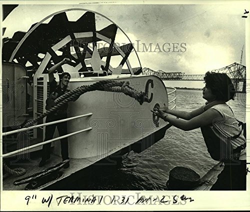 1984 Press Photo Deck hands tie up the Creole Queen at dock on Poydras St. - St Poydras