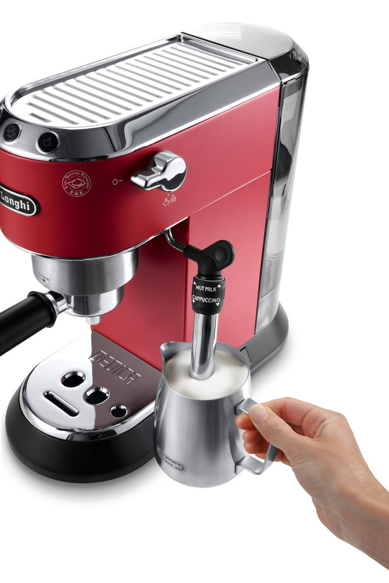 Milch aufschäumen mit der günstigen Siebträger Espressomaschine De'Longhi EC 685.R Dedica im Angebot