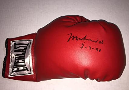 ec2b36f6ec5 Image Unavailable. Image not available for. Color  MUHAMMAD ALI Signed 14 oz.  Everlast Boxing Glove ...