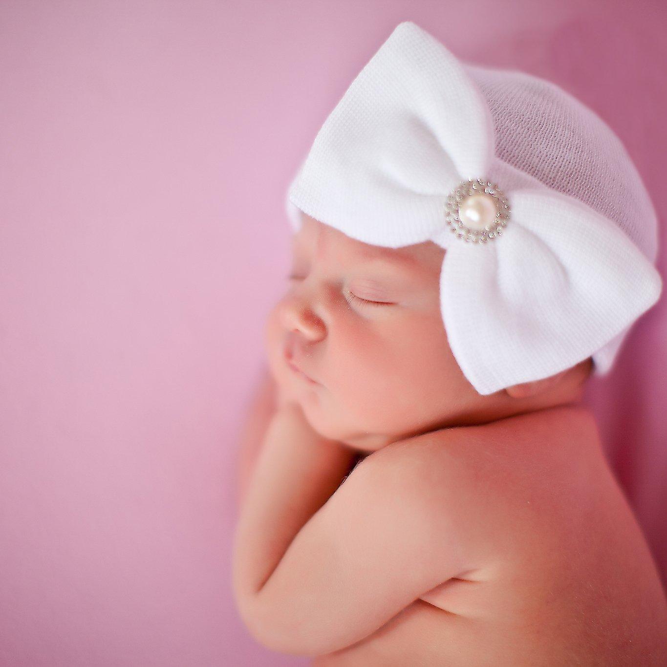 75b4728657a Amazon.com  Melondipity s White Vintage Pearl and Rhinestone Newborn Girl  Hospital Hat -White  Clothing