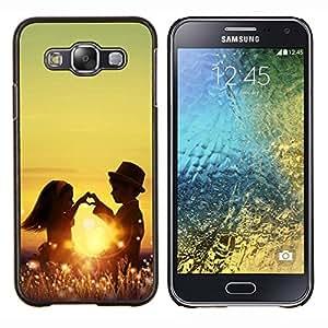 Qstar Arte & diseño plástico duro Fundas Cover Cubre Hard Case Cover para Samsung Galaxy E5 E500 (Niños Pareja)