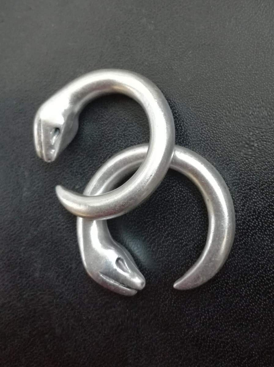 Pesos de oreja de pareja plateados plata para lóbulos estirados. Dos pendientes dilataciones orejas. Earrings Plugs Serpiente Uróboros Ouroboros SNAKE.