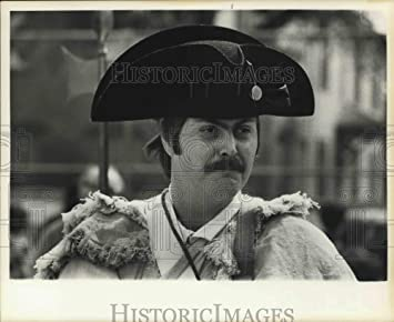 Amazon com: Press Photo An Revolutionary War reenactor wears