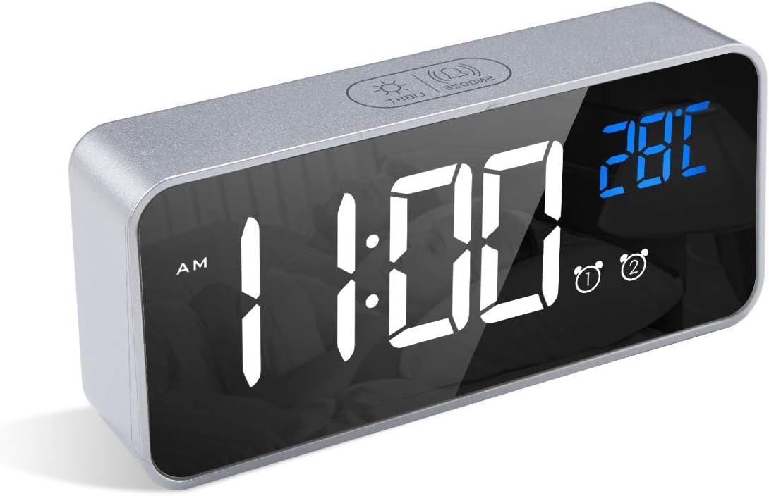 LATEC Reloj Despertador Digital, LED Pantalla Reloj Alarma Inteligente con Temperatura, Puerto de Carga USB, 12/24 Horas, 4 Brillo Ajustable, Función Snooze y Alarma de Espejo Portátil (Plata)
