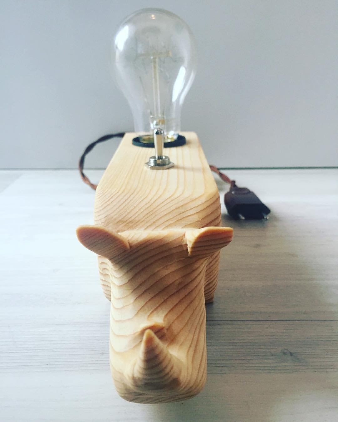 L/ámpara de escritorio con cable de tela retro con un rinoceronte tallado.