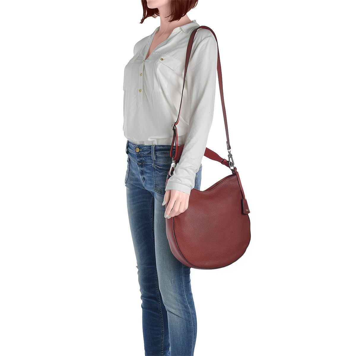 Die Dame trägt eine Abro Beutelasche in schönem rot