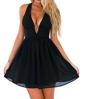 Kurzes schwarzes kleid mit tiefem ausschnitt