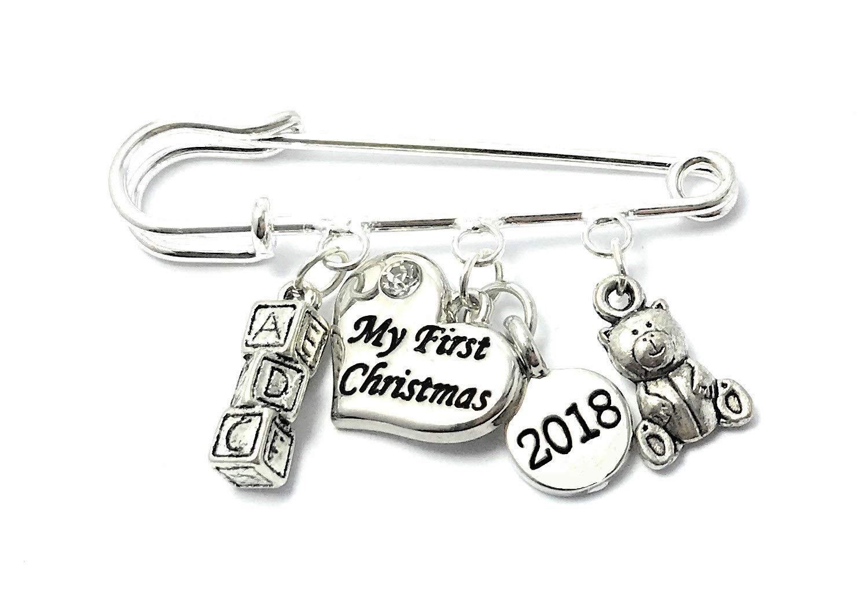 My First Christmas 2017Couche Épingle à nourrice souvenir Charms avec bébé–Lettre blocs et ours en peluche Charm Livré dans un sac cadeau en organza de Noël à la main par Libby de place