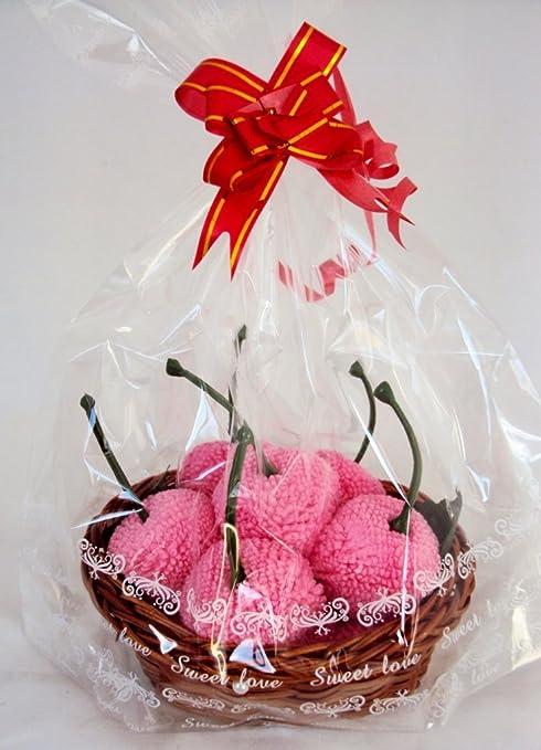 Rosa cerezas toalla en una cesta frutas dulces en la cesta de la toalla de cara