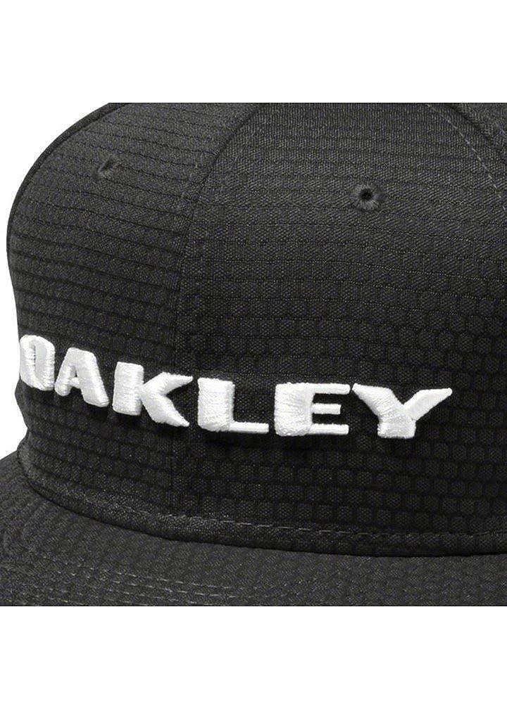 ac76f8f8a43 Amazon.com  Oakley Men s Honeycomb New Era 9Fifty Adjustable Snapback Golf  Hat Cap - Black  Clothing