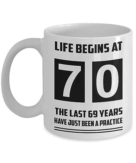 Amazon.com: Life Begins at 70 regalo – Nacido en 1947 – Taza ...