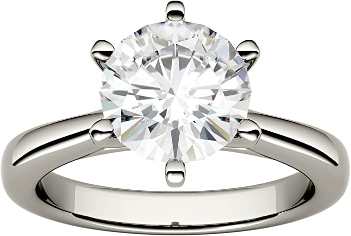 anillo con un diamante corte redondo
