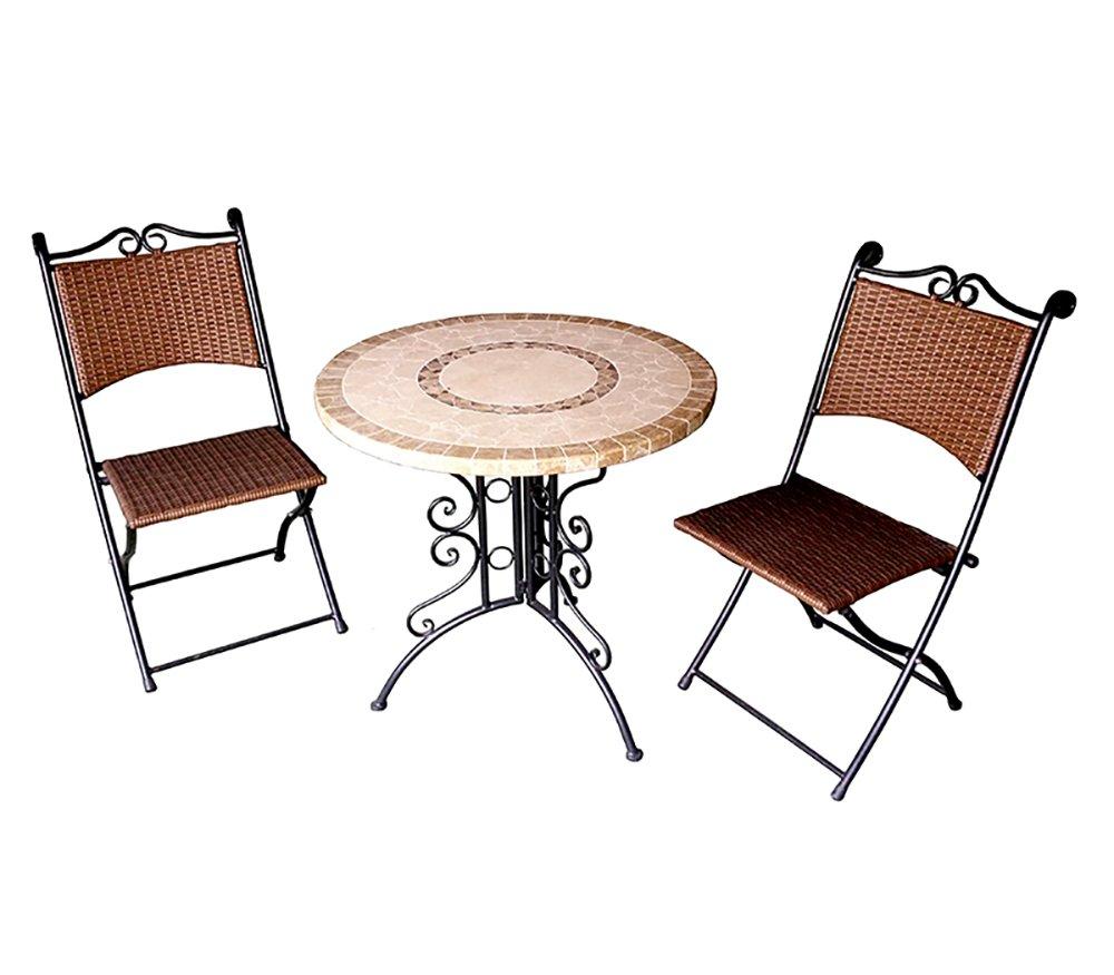 Eine Möbelgarnitur für Garten aus 2 Klappstühlen und 1 Tisch, ein ...