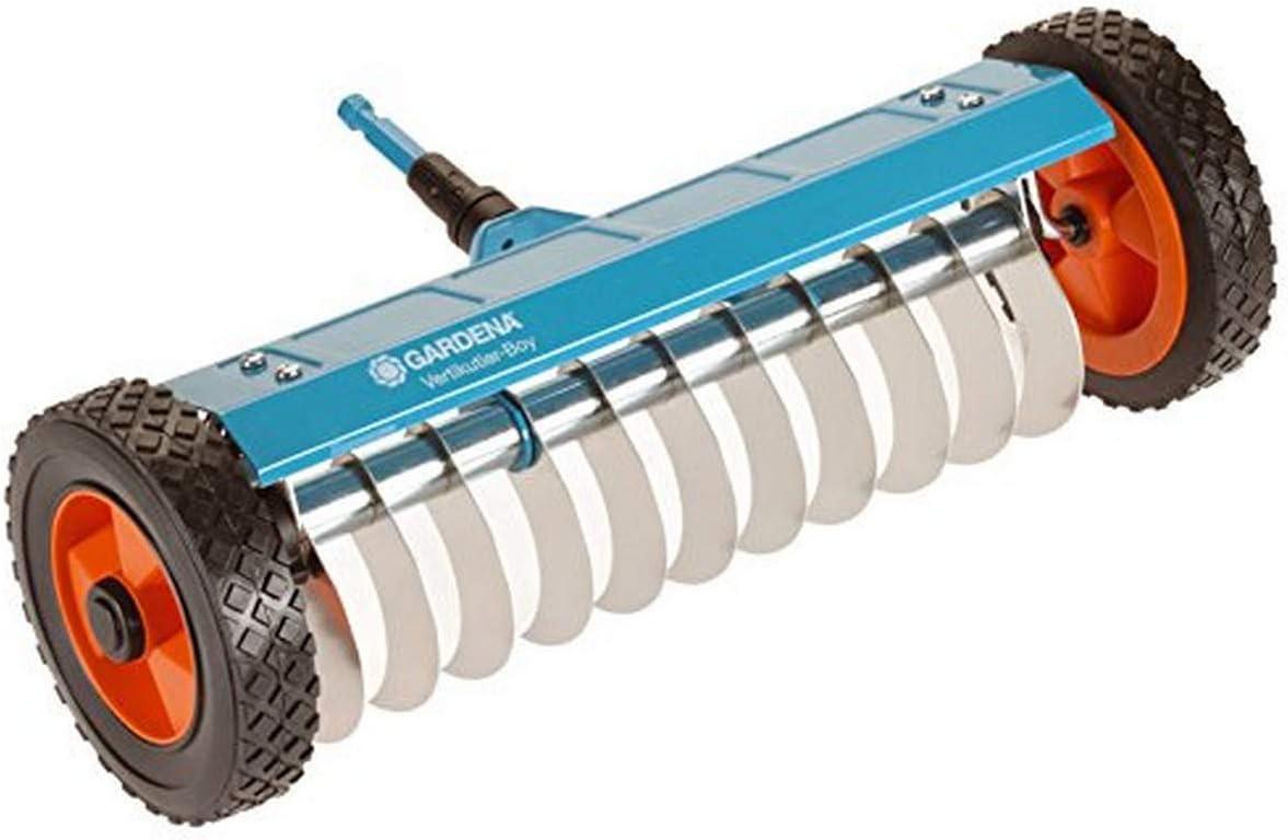 Escarificador con ruedas combisystem de GARDENA: escarificador manual para quitar musgo, maleza y paja, ancho de trabajo 32 cm, robustas ruedas y eje de elevación para facilitar el trabajo (3395-20)
