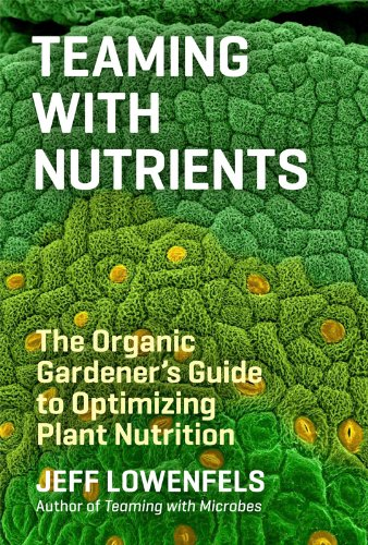 Teaming with Nutrients: The Organic Gardeners Guide to Optimizing Plant Nutrition (Science for Gardeners) [Jeff Lowenfels] (Tapa Dura)