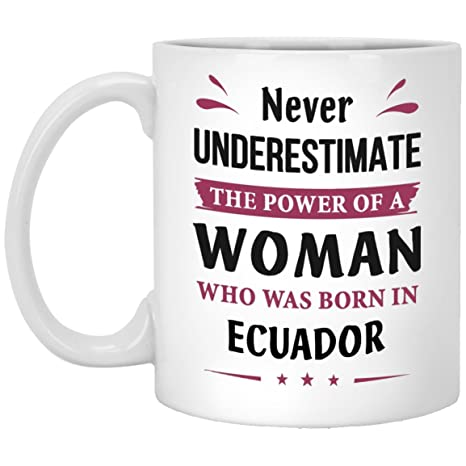 Amazon.com: Nunca Subestimar una mujer BORN en Ecuador taza ...